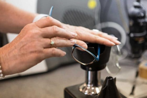 Anwärmen einer Brille mittels Ventilette bei Sehkomfort Schöne Aussicht