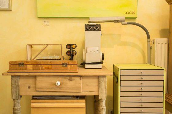 Geschäftsausstattung mit Brillenbestimmungskasten auf Holztisch