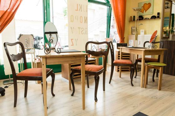 Einblick in den Laden mit kleinen Tischen