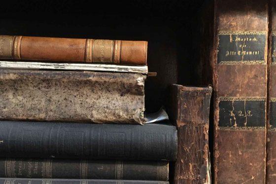 acht alte Bücher