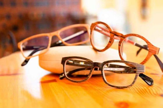 Drei Brillen aus Holz