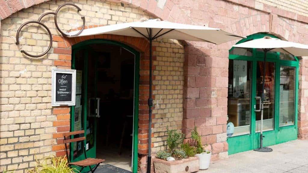 Laden von außen mit Stuhl vor der Tür