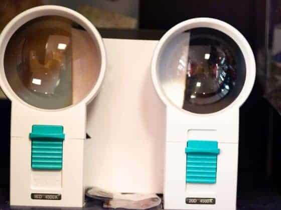 Zwei vergrößernde Sehhilfen der Firma Schweizer zur Anwendung bei Low-Vision
