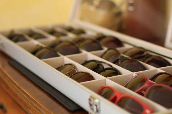 Brillenkasten mit Sonnenbrillen bei Sehkomfort Schöne Aussicht