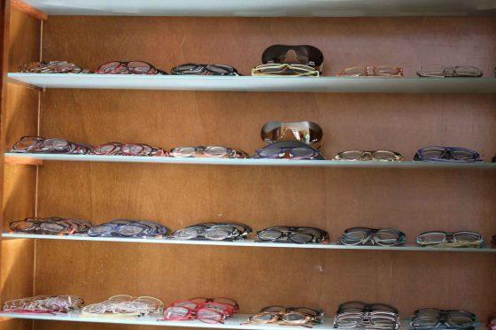Brillenschrank mit vier Regalböden