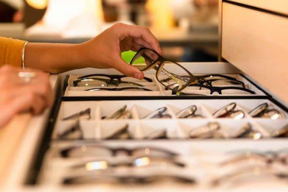 Schublade mit Brillenfassungen bei bei Sehkomfort Schöne Aussicht
