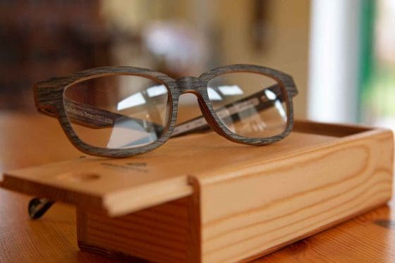 Brillenfassung und Etui aus Holz von Einstoffen