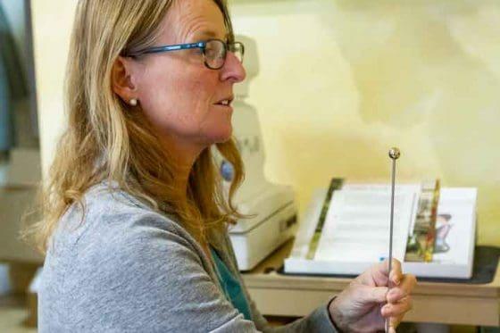 Funktionaltest mit Pendel zur Augenprüfung (Funktionaloptometrie) bei Sehkomfort Schöne Aussicht