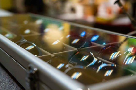 Sonnenbrillen in Glaskasten vom Optiker in Mainz Gonsenheim